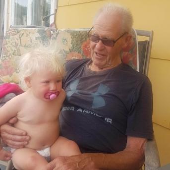 Agnes på besök hos gammelmorfar Cyril